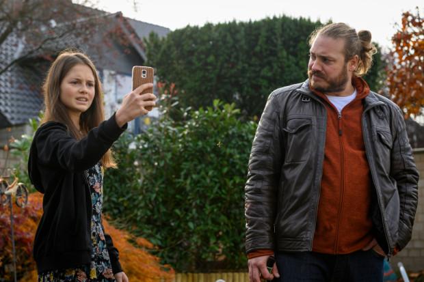 """""""Dein Instagame ist kacke, Luni, sorry!"""" - Onkel Stefan (Denis Schmidt) bewertet das Instagram-Profil seiner Nichte Luna (Bianca Nawrath)."""