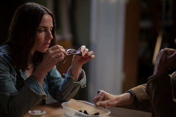 Emma nimmt die Fußknochen unter die Lupe, die sie im Kühlschrank ihres Vaters entdeckt hat.