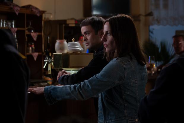 FBI-Agent Kevin und Emma treffen im Adlernest aufeinander.