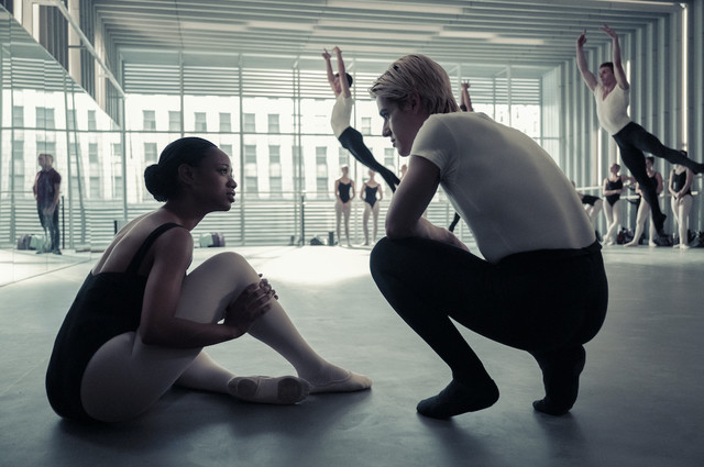 Hinten fliegen sie: Naveah lässt sich von Shane (Brennan Clost) die Gepflogenheiten an der Ballettschule erklären.