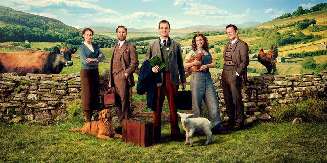 Der Cast: Mrs. Hall (Anna Madeley), Siegfried Farnon (Samuel West), James Herriot (Nicholas Ralph), Helen Alderson (Rachel Shenton) und Tristan Farnon (Callum Woodhouse)
