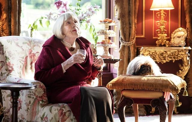 Die enorm wohlhabende Witwe Pumphrey (Diana Rigg) meint es mit ihrem geliebten Hund Tricki-Woo (Derek) zu gut.