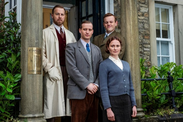 Die vier Bewohner von Skeldale House: Siegfried Farnon (Samuel West), James Herriot (Nicholas Ralph), Tristan Farnon (Callum Woodhouse) und Mrs. Hall (Anna Madeley)
