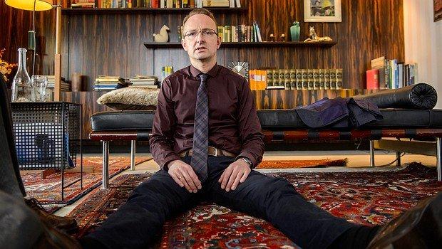 Die Erlebnisse von Hasso Gründel im Job hauen selbst den stärksten Staubsaugervertreter von der Couch...