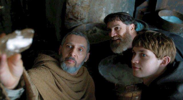 William von Baskerville (John Turturro) betrachtet als aufgeschlossener Forscher die Beweisstücke