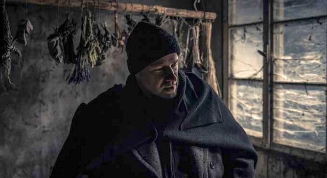 Sebastian Brunner (Lukas Miko) führt eine sonderbare Sekte an, die in der Abgeschiedenheit der Wälder lebt.