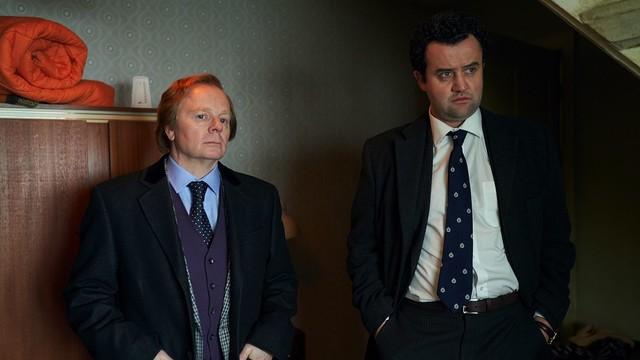 Zwei Ermittlungswege: Buchautor Brian Masters (Jason Watkins, l.) und DCI Peter Jay im Dachgeschoss des Männermörders.