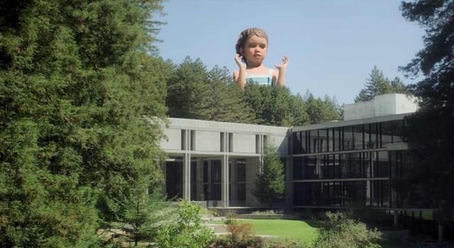 Eigenwilliger Anblick über den Bürogebäuden von Amaya: Eine Kinderstatue.