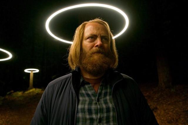 Kreisförmige Neonröhren als Beleuchtung der Waldwege auf dem Weg zur Devs-Abteilung verleihen Forest (Nick Offerman) überirdischen Anschein...
