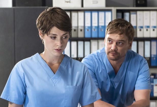 Dr. Theresa Koshka (Katharina Nesytowa) kennt die dunkle Vergangenheit von Dr. Marc Lindner (Christian Beermann).