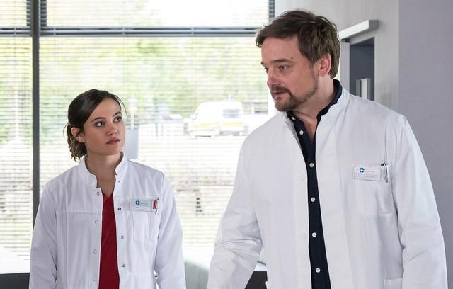 Rebecca Krieger (Milena Straube, l.) findet in Dr. Marc Lindner (Christian Beermann, r.) einen neuen Mentor.