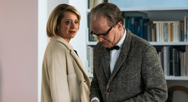 Gropius (August Diehl) zeigt Stine (Trine Dyrholm) Fotos vom Bauhaus.