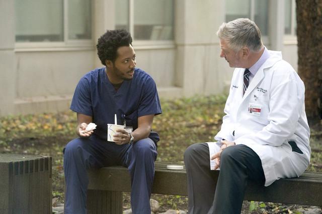 Dr. Robert Henderson (Alec Baldwin, rechts) befragt den OP-Pfleger Josh Baker (Hunbert Point-Du Jour) wegen Duntsch.