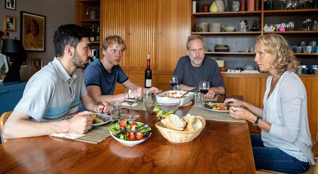 Die Aufnahme von Flüchtling Bassem (Adnan Jafar) wird zum Streitpunkt zwischen Florian Hennings (Bruno Alexander) und seinen Eltern Jürgen und Silke (Wolfram Koch und Juliane Köhler)