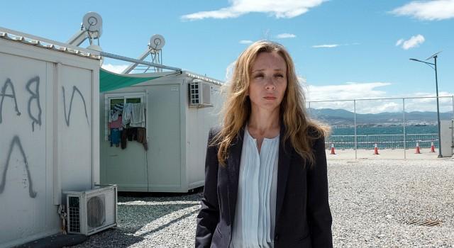 Hélène (Sylvie Testud) führt ein Flüchtlingslager in Griechenland und will es als Pilotprojekt etablieren.