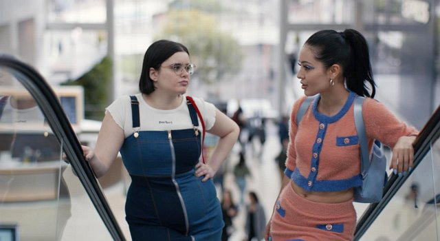 Oberflächlich: Zwei Mädels in der Mall. Unter der Oberfläche: Die gehänselte Kat (Barbie Ferreira, l.) steht davor, ihre eigne Stimme zu finden, während Maddy (Alexa Demie) sich über ihren Freund definiert, an dessen Treue sie aber Zweifel hat.