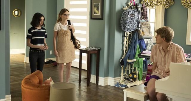 Genevieve(Maeve Press) und Matilda (Kayla Cromer) sind bald auf ihren Halbbruder Nicholas (Josh Thomas) angewiesen.