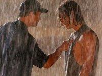 Ein verlorenes Spiel und seine Folgen: Coach Taylor (Kyle Chandler) lässt Tim (Taylor Kitsch) im Regen stehen