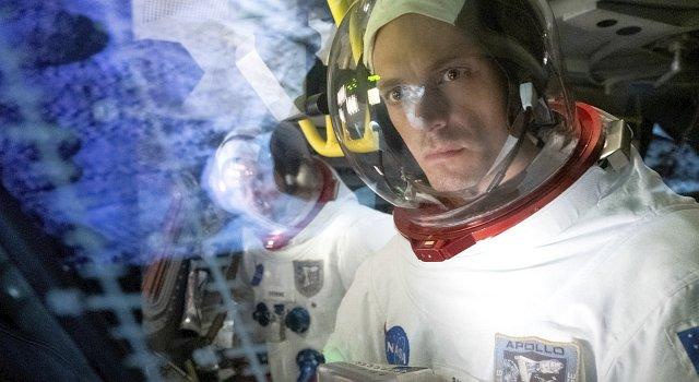 Erinnerung an Apollo 10: Ed Baldwin (Joel Kinnaman, r.) und Gordo Stevens (Michael Dorman) testen zahlreiche Manöver für Apollo 11, durften aber aus Sicherheitsbedenken nicht den Schritt auf die Mondoberfläche nehmen.