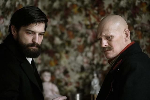 Freud (Robert Finster, l.) und Alfred Kiss (Georg Friedrich).