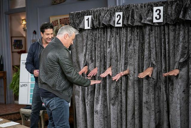 Quizshow im Wohnzimmer: David Schwimmer moderiert, Matt LeBlanc ertastet Joeys Hand-Double.