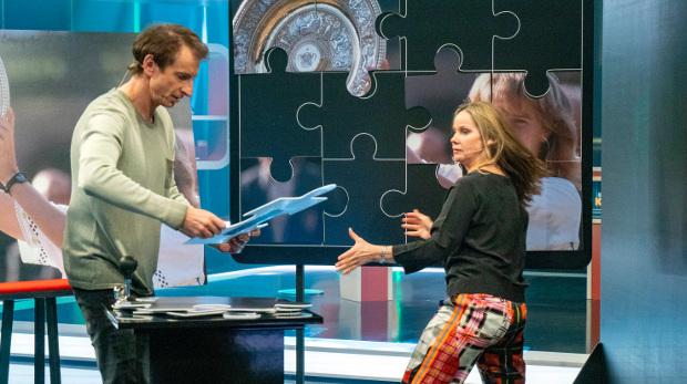 Ingolf Lück und Ann-Kathrin Kramer arbeiten Hand in Hand beim Puzzlespiel