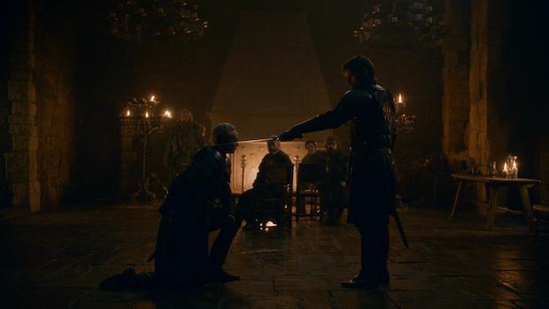 Jaime (Nikolaj Coster-Waldau) schlägt Brienne (Gwendoline Christie) zum Ritter.