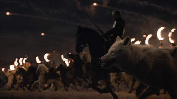 Unter der Führung von Ser Jorah (Iain Glen) ziehen die Dothraki und Ghost in die Schlacht.