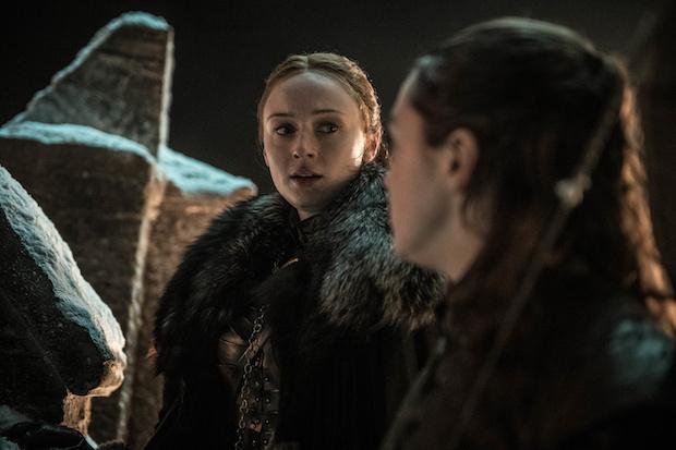Arya (Maisie Williams) schickt Sansa (Sophie Turner) in die Krypta.