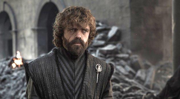 Tyrion (Peter Dinklage) steht fassungslos in den Trümmern von Königsmund
