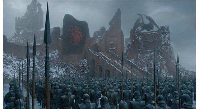 Daenerys (Emilia Clarke) feiert mit ihren Streitkräften den Sieg