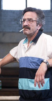 Marc Maron als machohafter G.L.O.W.-Produzent Sam Sylvia