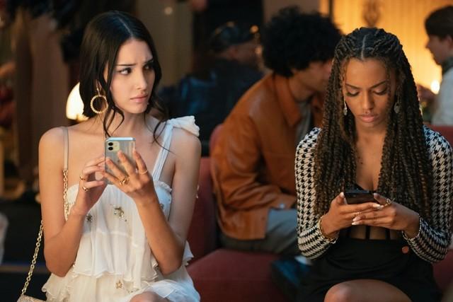 """Die stereotypen """"Mean Girls"""": Luna (Zión Moreno) und Monet (Savannah Lee Smith)."""