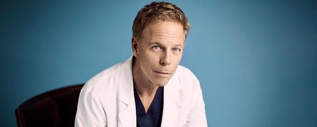 Greg Germann als Dr. Tom Koracick