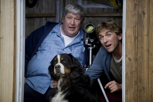 Fritz Fuchs (Guido Hammesfahr, r.) und Nachbar Paschulke (Helmut Krauss, l.) versuchen, mit der Kamera einen Blitz einzufangen.