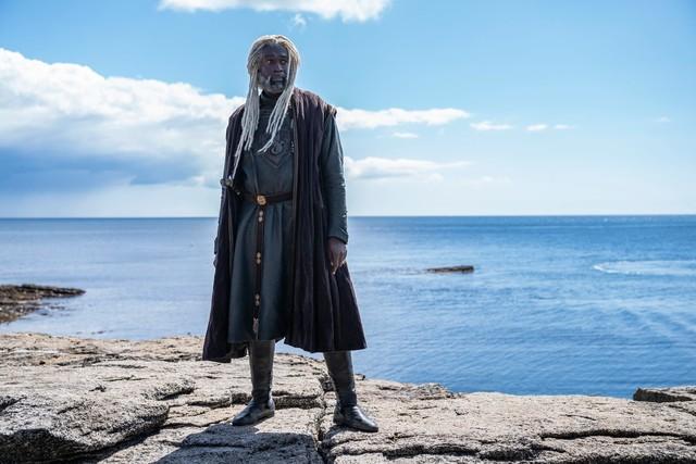 """Lord Corlys Velaryon (Steve Toussaint) ist ein als Seefahrer berühmter und unter dem Namen """"The Sea Snake"""" bekannter Adliger, der mit Rhaenys Targaryen (Eve Best) verheiratet ist - die einst fast anstatt Viserys I. den Königsthron geerbt hätte."""