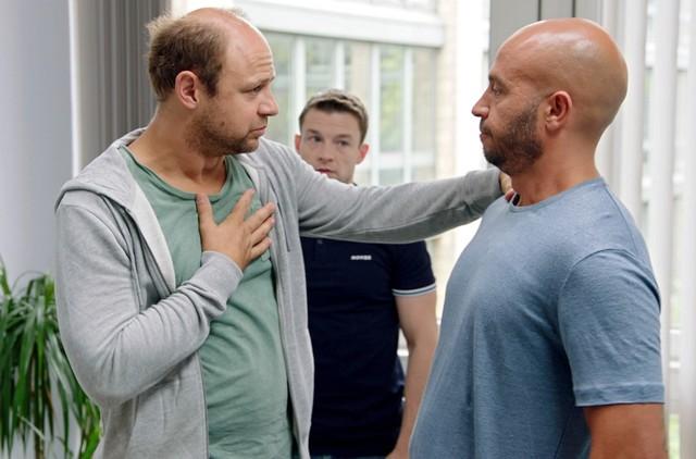 Der chronisch überspannte Regisseur Uli (Moritz Führmann, l.) und der Übersetzer (Ryan Wichert, m.) machen Dar Salim das Leben schwer.