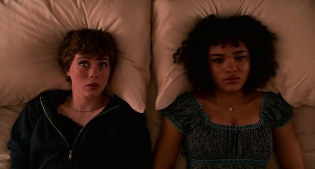 Syd (Sophia Lillis, l.) hat mehr als nur freundschaftliche Gefühle für die ahnungslose Dina (Sofia Bryant).