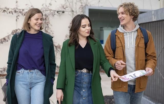 Freundschaft runderneuert: Jasmin (Leslie-Vanessa Lill), Louisa (Llewellyn Reichmann, l.) und Fiete (Adrian R. Goessel, r.)