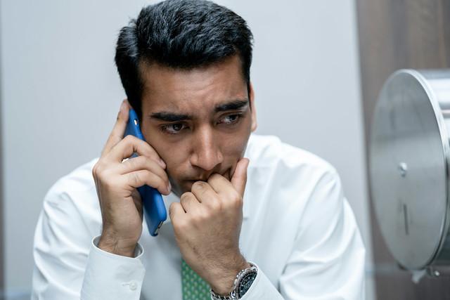 Hari (Nabhaan Rizwan) flüchtet sich auf die Toilette.