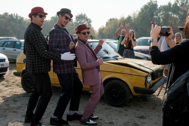 Die drei Madness-Fans in fankorrekter Kleidung auf dem Festivalgelände