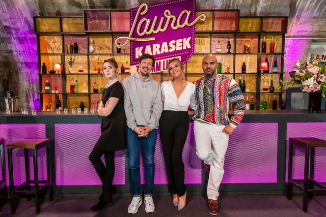 Laura Karasek mit den Gästen der ersten neuen Folge: Ronja von Rönne, Thilo Mischke und Massiv.