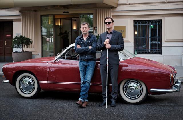 Der blinde Ex-Kommissar Alexander Haller (Philipp Hochmair) und sein Chauffeur Niko (Andreas Guenther, l.)