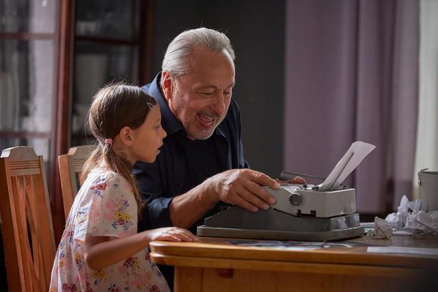 Enkelin Caroline (Greta Kasalo) ist fasziniert von Opa Stubbes Schreibmaschine.