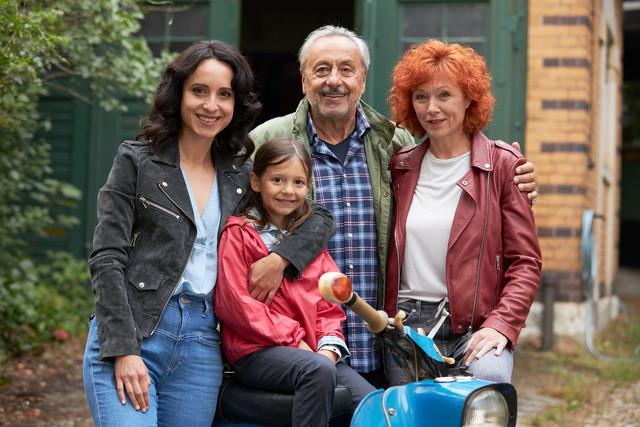 Stubbe mit seiner Frau Marlene (Heike Trinker, r.), Tochter Christiane (Stephanie Stumph, l.) und Enkeltochter Caroline (Greta Kasalo)