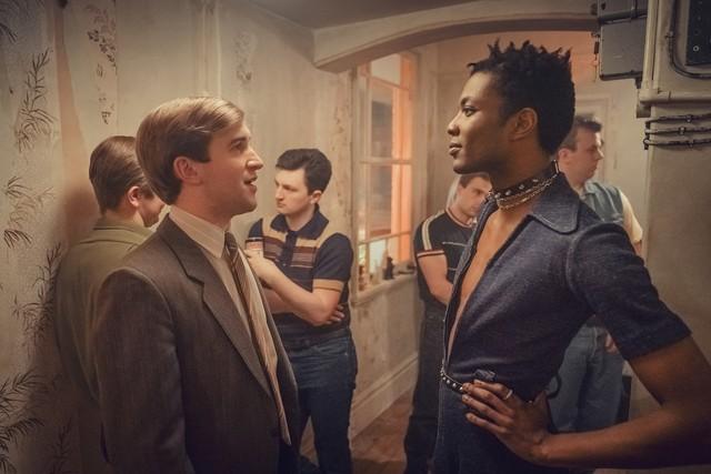 Colin (Callum Scott Howells, l.) und Roscoe (Omari Douglas, r.) stehen sich zu Beginn eher kritisch gegenüber.