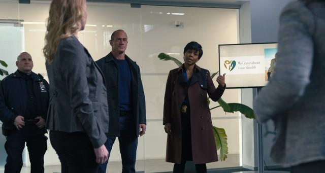 Stabler (Christopher Meloni) und Bell (Danielle Moné Truitt) lassen eine illegale Impf-Praxis hochgehen.