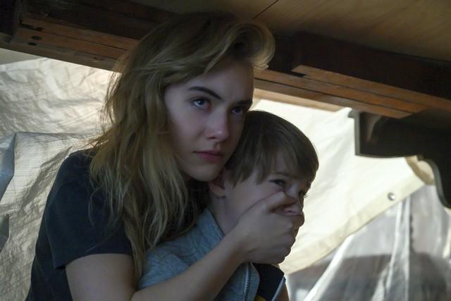 Blick in die Traumatische Vorgeschichte der Familie: Während der Mörder ihres Vaters noch im Haus ist, beschützt Kinsey (Emilia Jones) ihren jüngeren Bruder Bode (Jackson Robert Scott) - beide kauern unter einem Tisch.