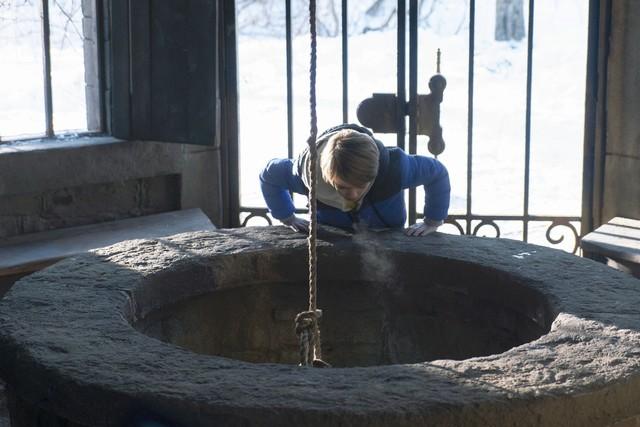 Bode (Jackson Robert Scott) hört eine Stimme im Nebengebäude, dem stillgelegten und abgeschlossenen Brunnenhaus...