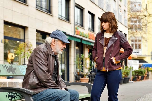 Lucies (Cristina do Rego) Großvater Kurt (Peter Sattmann) braucht Hilfe.